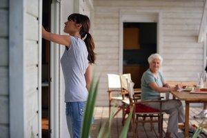 Junge Frau putz Fenster